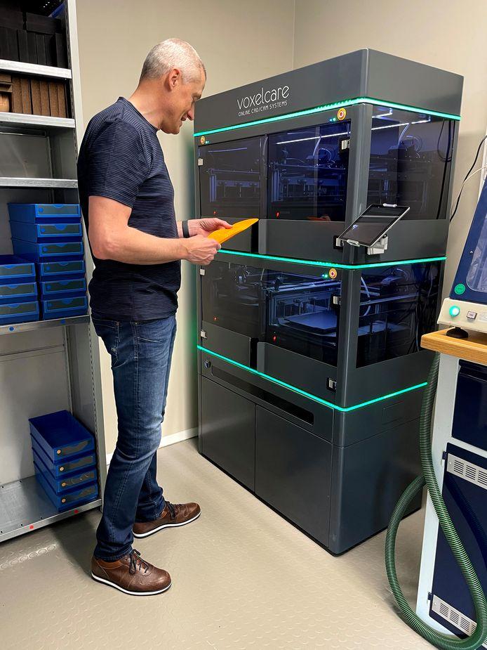 Marc Coninx aan zijn 3D-printer.