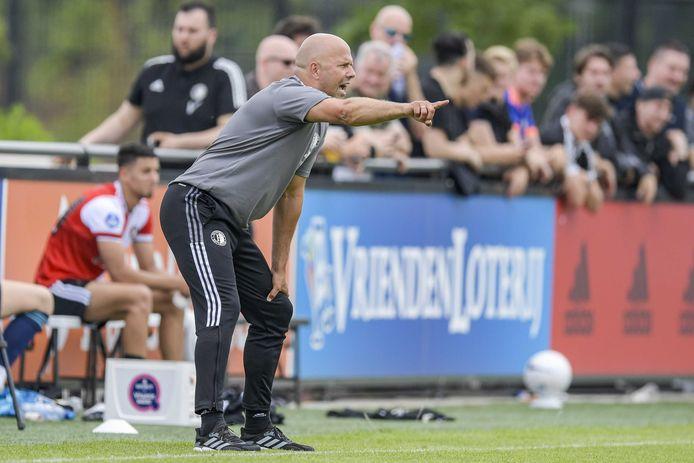 Feyenoord-coach Arne Slot tijdens de vriendschappelijke wedstrijd tussen Feyenoord en AEK Athene.