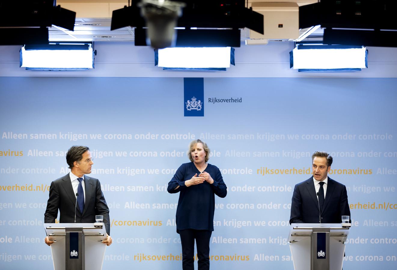 Minister-president Mark Rutte en minister Hugo de Jonge (Volksgezondheid) tijdens de persconferentie.