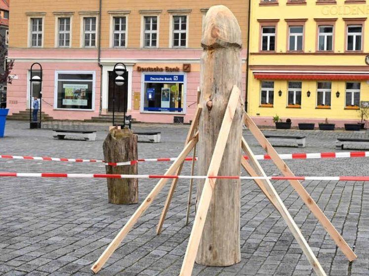 Dit houten beeld stelt een asperge voor maar inwoners zien er toch iets anders in