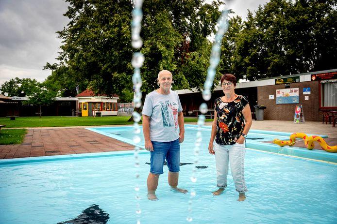Vrijwilligers Coby Jansen (links) en Henny van de Wetering in zwembad De Zeven Morgen in Dreumel.