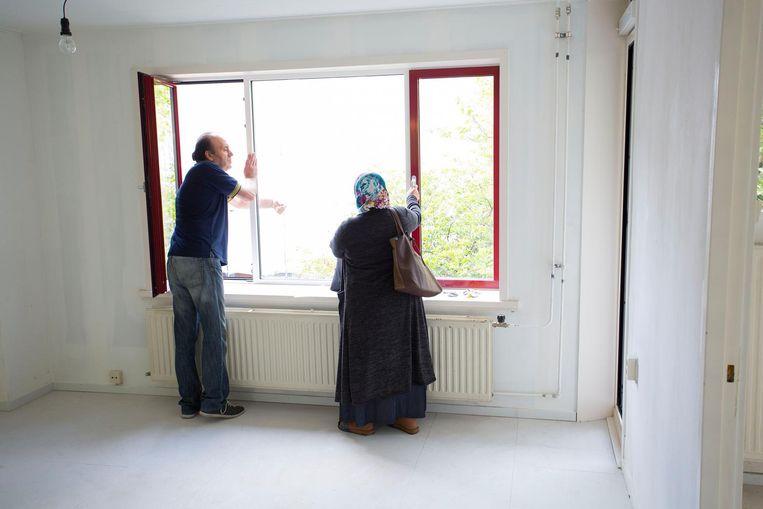 Potentiële huurders kijken rond in een gerenoveerde woning aan de Olmenweg in Amsterdam-Oost. Beeld Arie Kievit / de Volkskrant