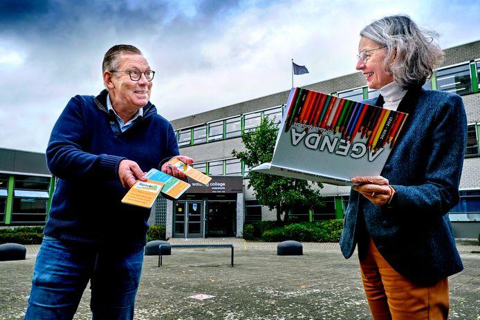 Docent Ton Schreuders met de Spiek-Wijzer en directeur Karlijn van Doorn met de speciale agenda die in ieder geval alle brugklasleerlingen van het WalburgCollege hebben gekregen.