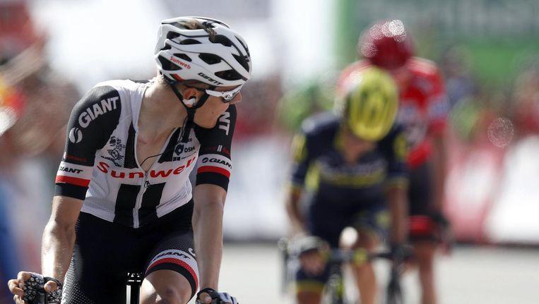 Wilco Kelderman kijkt achterom na aankomst in de vijftiende etappe. Beeld epa