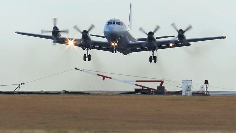 Een toestel van de Australische luchtmacht stijgt op voor een nieuwe zoektocht. Beeld getty