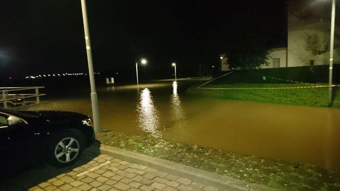 Het water loopt bijna de straat op aan de Veerweg in Zaltbommel.