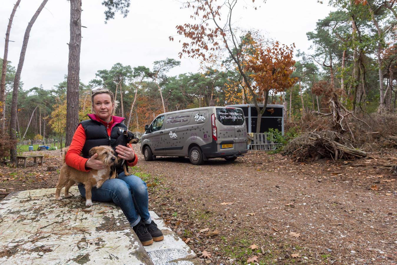Eigenaresse Maeyke Alons van Hondenuitlaatservice De Snuffelende Snuit op haar bosperceel in het buitengebied van Gerwen.