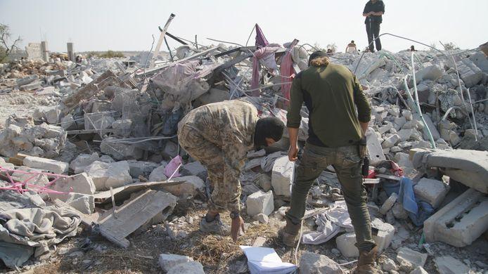Mensen in het puin op de site waar Abu Baker al-Baghdadi zou zijn gedood.