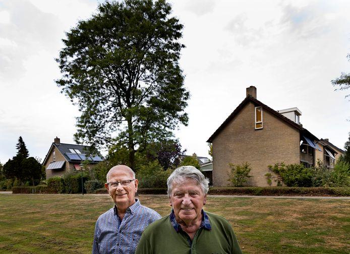 Harry Lefferts (l) en Hans Verhoeven, de oude en nieuwe voorzitter van belangenvereniging Coevering 50 in Geldrop.
