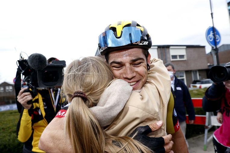 Winnaar Wout van Aert viert de overwinning met zijn vrouw Sarah De Bie tijdens de Amstel Gold Race. De wielerwedstrijd wordt dit jaar zonder publiek verreden, in verband met het coronavirus.  Beeld ANP