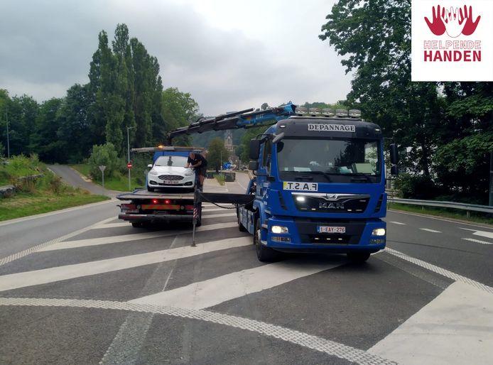 Depannage Lybaert uit Gent haalt wagens op in het rampgebied na de watersnood.