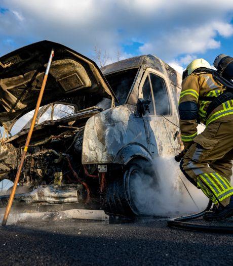 Bestelbus vat vlam op A16, bestuurder kan voertuig op tijd verlaten