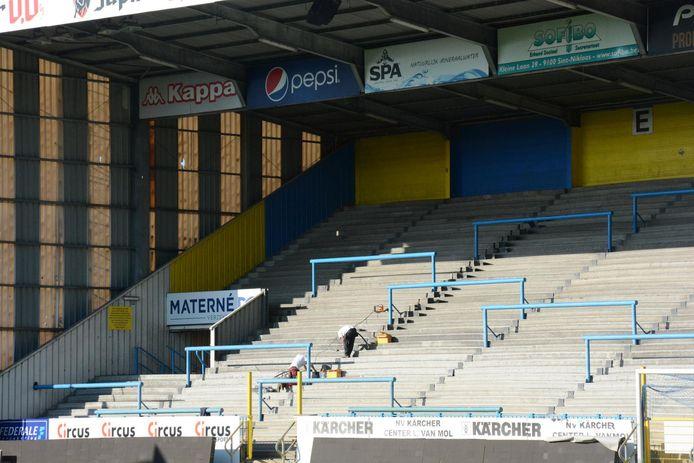 Een firma heeft eerder reeds alle kieren en spleten dichtgemaakt zodat de tribune voldoet aan de vereisten.
