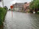 In Knokke stonden plots ook heel wat straten blank, hier de Kustlaan. Het leek wel plots een rivier.