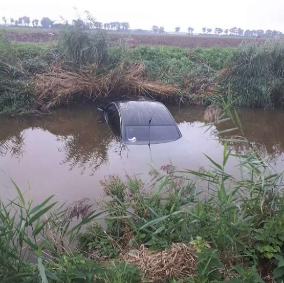 Auto te water bij Bant