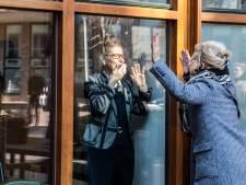 Knuffelen en bezoek zonder mondkap, voor meeste Westlanders in een verzorgingshuis kan het weer