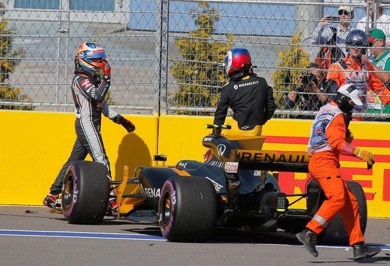 Romain Grosjean (l) met een onvriendelijk gebaar voor Jolyon Palmer. Beeld REUTERS