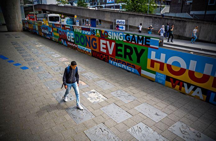 De Walk of Fame bij Zuidplein. De tegels met beroemde handafdrukken liggen te verpieteren, en vrijwel niemand kijkt ernaar.