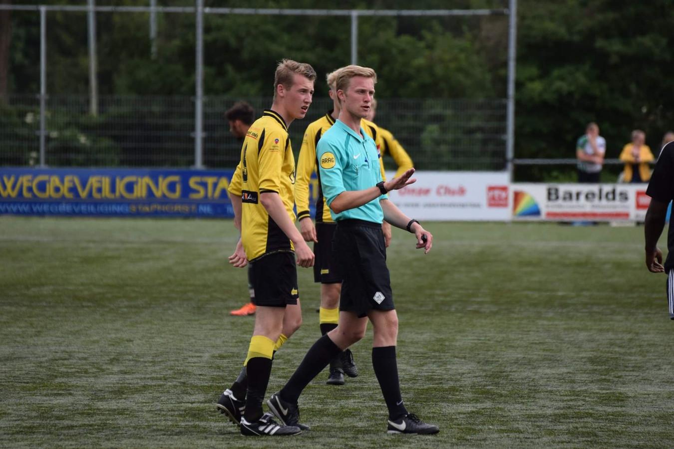 Max Wolfkamp, KNVB-scheidsrechter in het amateurvoetbal en plv. coördinator scheidsrechterszaken bij CSV'28 in Zwolle, in actie op de Drenthe Cup.
