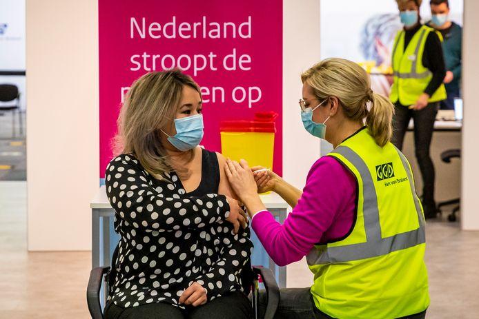 Sanna Elkadiri, medewerkster van verpleeghuis Het Wereldhuis, krijgt in Veghel als eerste de tweede vaccinatie tegen het coronavirus.
