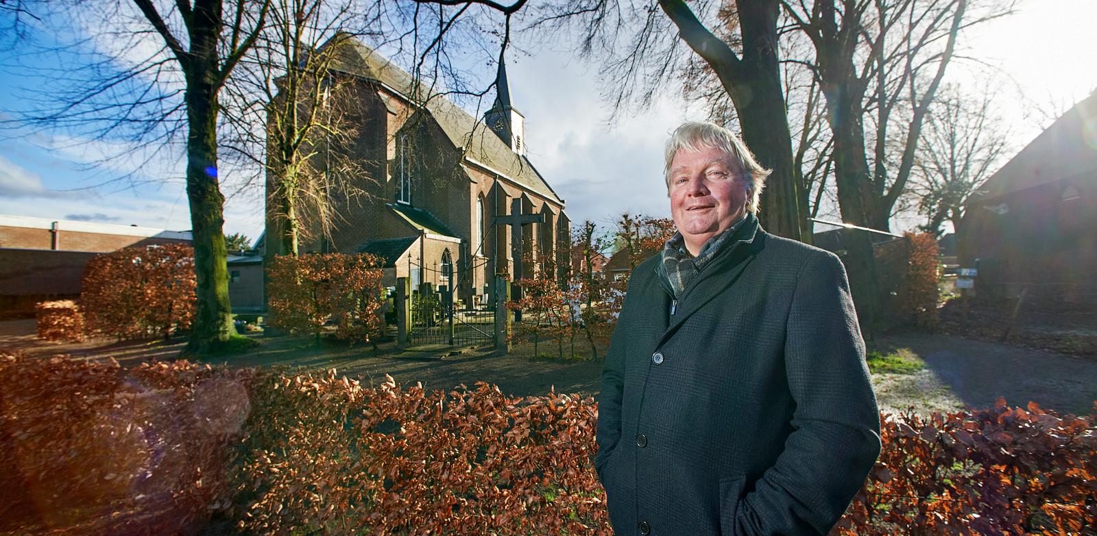 Jan Kerkhof bij de kerk in 'zijn' Boerdonk.