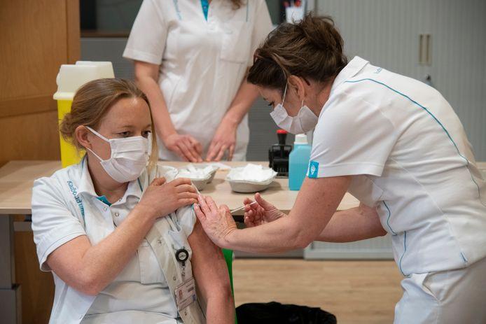 Ic-verpleegkundige Karin Vogelesang was de eerste van het Radboudumc die werd gevaccineerd.