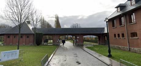 Des corps à même le sol et des urnes utilisées comme cendrier au cimetière d'Anderlecht