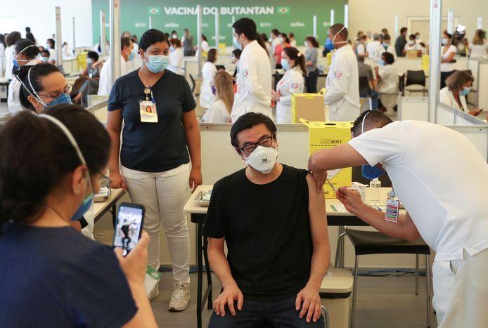 Un jeune homme se fait vacciner au Brésil, le 18 janvier 2021.