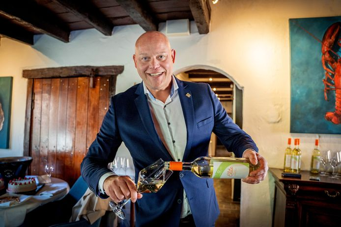Kromme Dissel-sommelier Ronnie Brouwer met zijn nieuwe wijn Elite. Volgens Brouwer worden Nederlandse wijnen steeds beter.