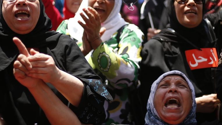 Veel Egyptenaren reageerden uitzinnig toen ze gisteren vernamen dat Morsi niet langer president van Egypte is. Beeld REUTERS