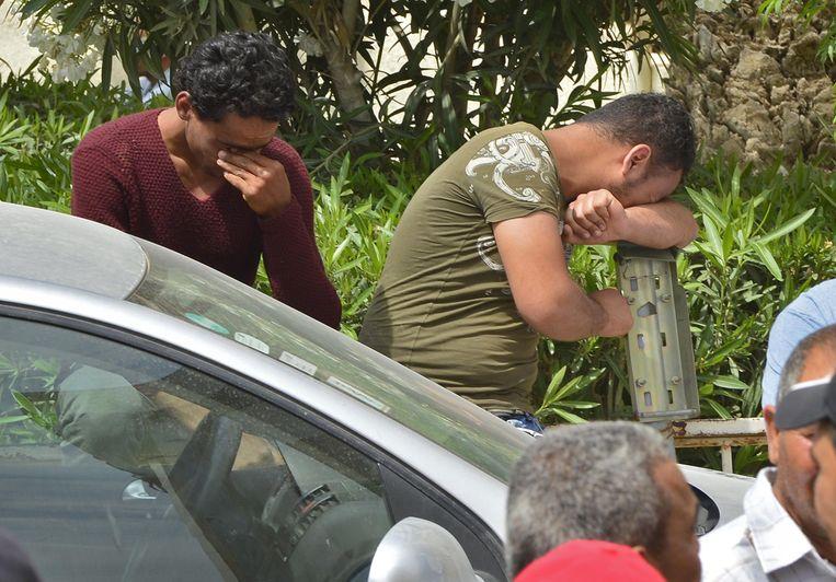 Nabestaanden wachten op nieuws van de vermiste drenkelingen. Beeld AFP
