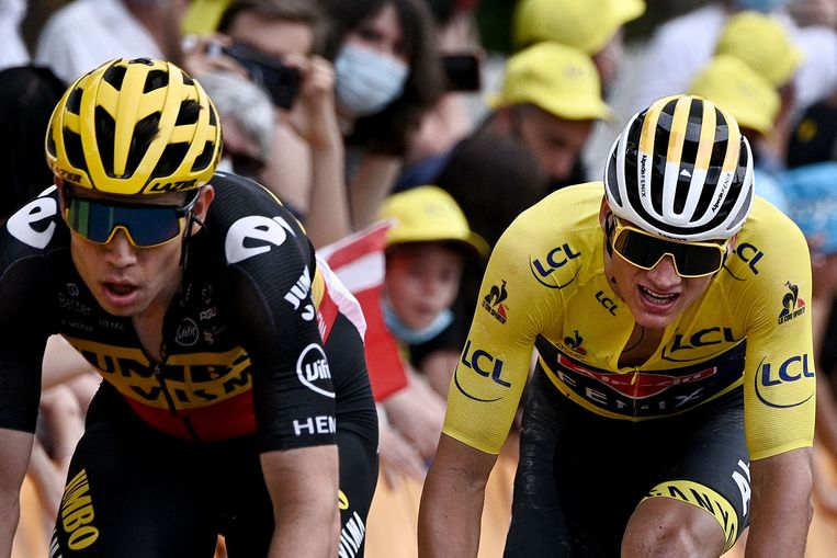 Mathieu van der Poel  en Wout van Aert vlak voor de finish. Beeld AFP