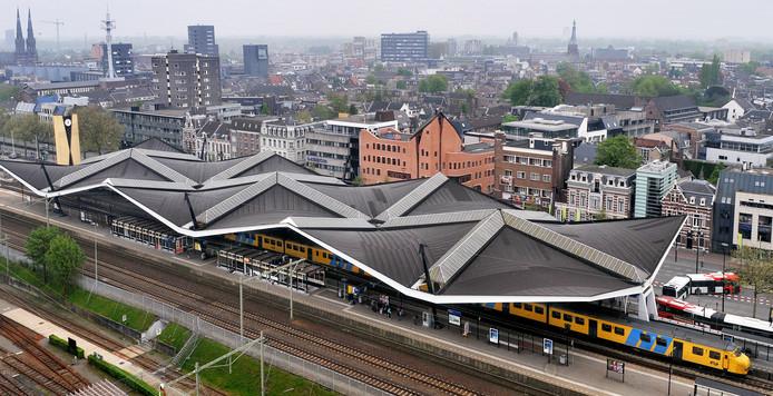 Luchtfoto station Tilburg, de 'witte' lijnen zijn dakramen.