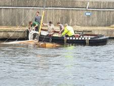Zeilboot slaat om in Oude Wetering