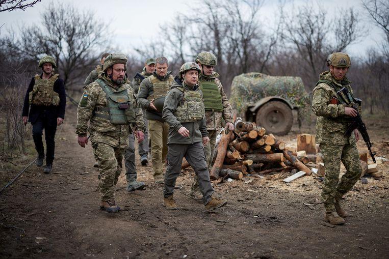 De Oekraïense president Zelenski wordt op 8 april rondgeleid aan de oostelijke grens met Rusland in de regio Donbass.  Beeld Reuters