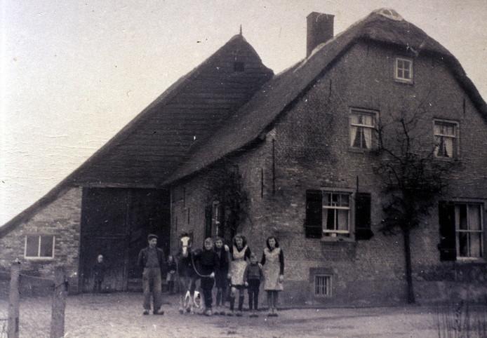 Beeld uit 1946 met daarop het gezin Van der Pluijm dat in deze boerderij aan de Kerkstraat woonde. Rond 1850 kwam het pand in bezit van de familie en nog altijd woont er een Van der Pluijm. De boerderij staat midden in het dorp en is een rijksmonument.