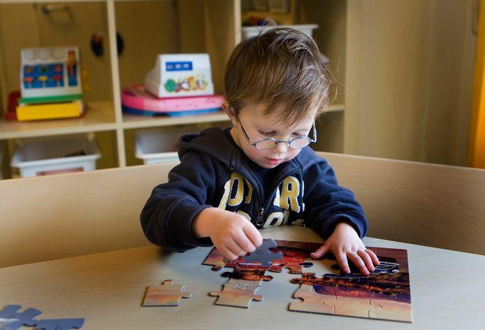 Een jongetje speelt met een legpuzzel in kinderdagverblijf De Blokkendoos in Uithoorn. Foto ter illustratie.