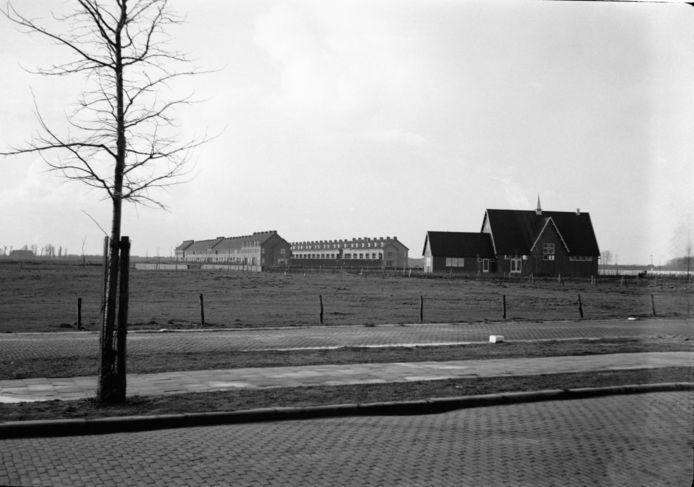 De noodkerk aan de Dotterlaan in Malburgen-Oost in 1940, gezien vanaf het De Monchyplein.