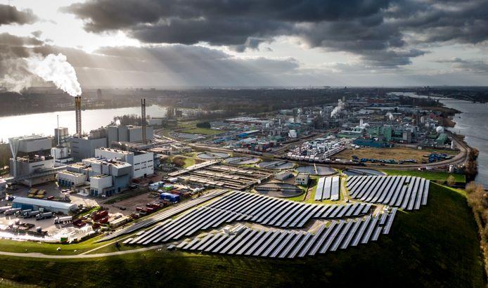 De fabriek komt te staan op het HVC-terrein aan de Baanhoekweg in Dordrecht. Waterschap Hollandse Delta heeft daar ook al installaties.