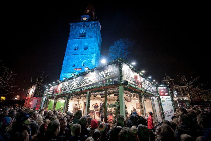 Het Glazen Huis stond in 2012 in Enschede, toen op de Oude Markt. 3FM komt dit jaar opnieuw naar Twente, dit keer naar het vliegveld.