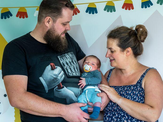 Floor Twiss en Albert-Jan Spiegelenberg (38) moesten voor de geboorte van zoon Robert uitwijken naar een ziekenhuis in Ede.