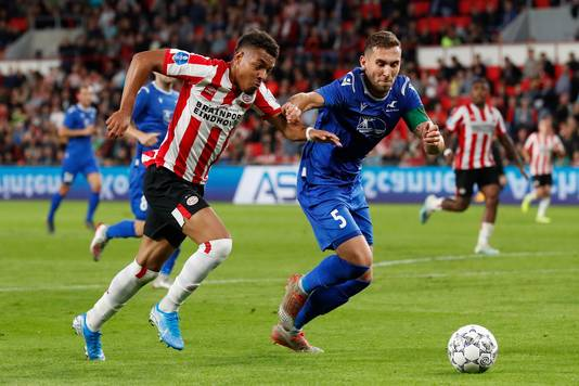 Donyell Malen van PSV in duel met Benjamin Tiedemann Hansen van FK Haugesund in de derde voorronde van de EL.