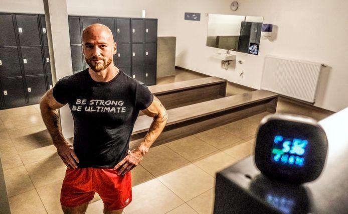Steven Lombaert van Ultimate Gym in Kortrijk. Hij testte donderdagochtend in een kleedkamer van de fitnessclub al even een CO2-meter uit