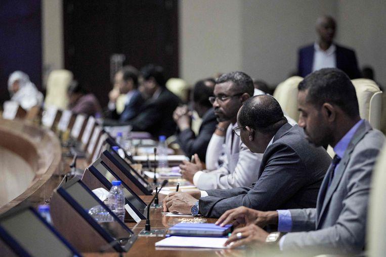 De regering van Soedan tijdens een kabinetsberaad op dinsdag. Volgens de autoriteiten hebben militairen in de ochtend een couppoging verijdeld. Beeld AFP