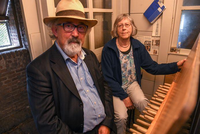 Tony Vaessen en beiaardier Nan Los achter het Waalres carillon.