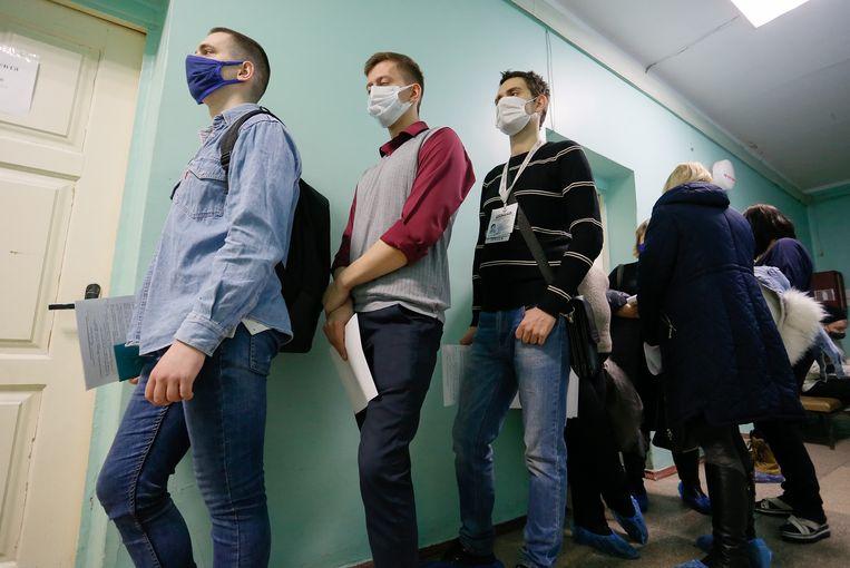 Mensen in de rij voor het Spoetnik-vaccin. Beeld EPA