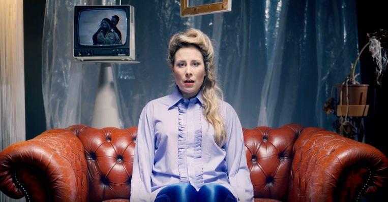 Yvonne van den Eerenbeemt in de videoclip van het nummer La Fin  Beeld null