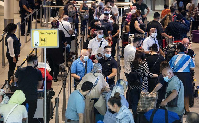 Reizigers in de vertrekhal op luchthaven Schiphol. Beeld ANP