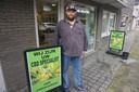 De stad heeft in één klap twee verkooppunten van CBD. Christophe Gielis van Bulldog ziet geen graten in de reclamebordjes.