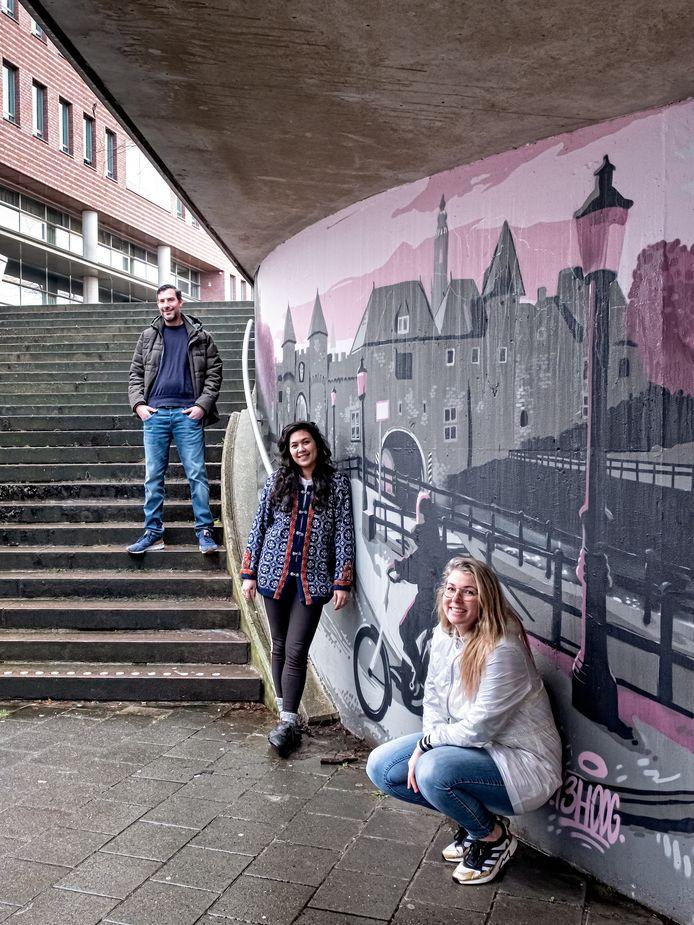 Daniël van de Haterd, Adinda van Wely en Tamara Boon voor een muurschildering van Daniël in de Brouwerstunnel.